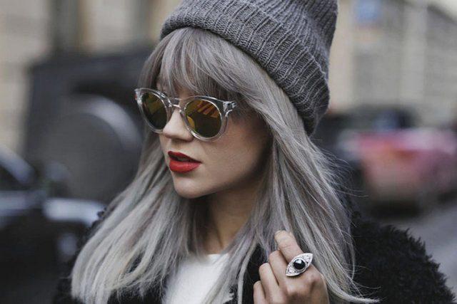cheveux-gris-frange-chapeau-gris