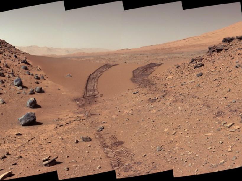 Les traces laissées par les roues de Curiosity sur Mars. (Couleurs retravaillées la Nasa)