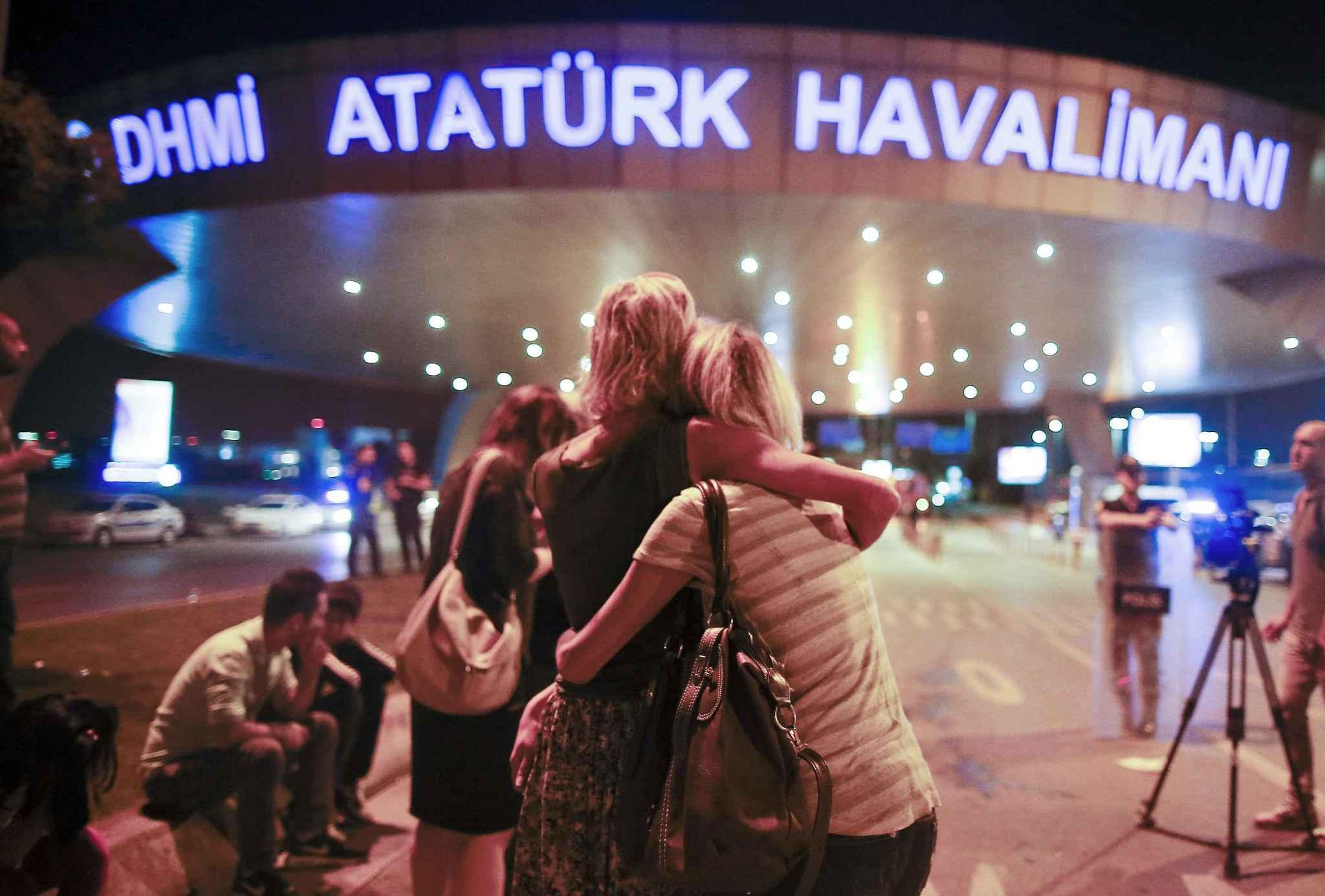 2048x1536-fit_des-usagers-devant-l-aeroport-d-istanbul-frappe-par-un-triple-attentat-le-29-juin-2016
