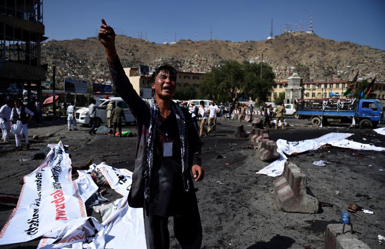 un-afghan-hurle-colere-scene-attentat-suicide-kaboul-23-juillet-2016_2_1400_903