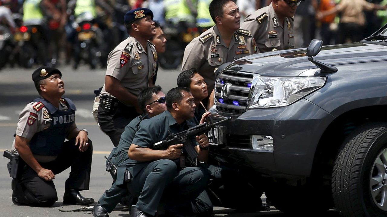 attentat-jakarta-police-officers-react-near-the-site-of-a-blast-in-jakarta_5497167