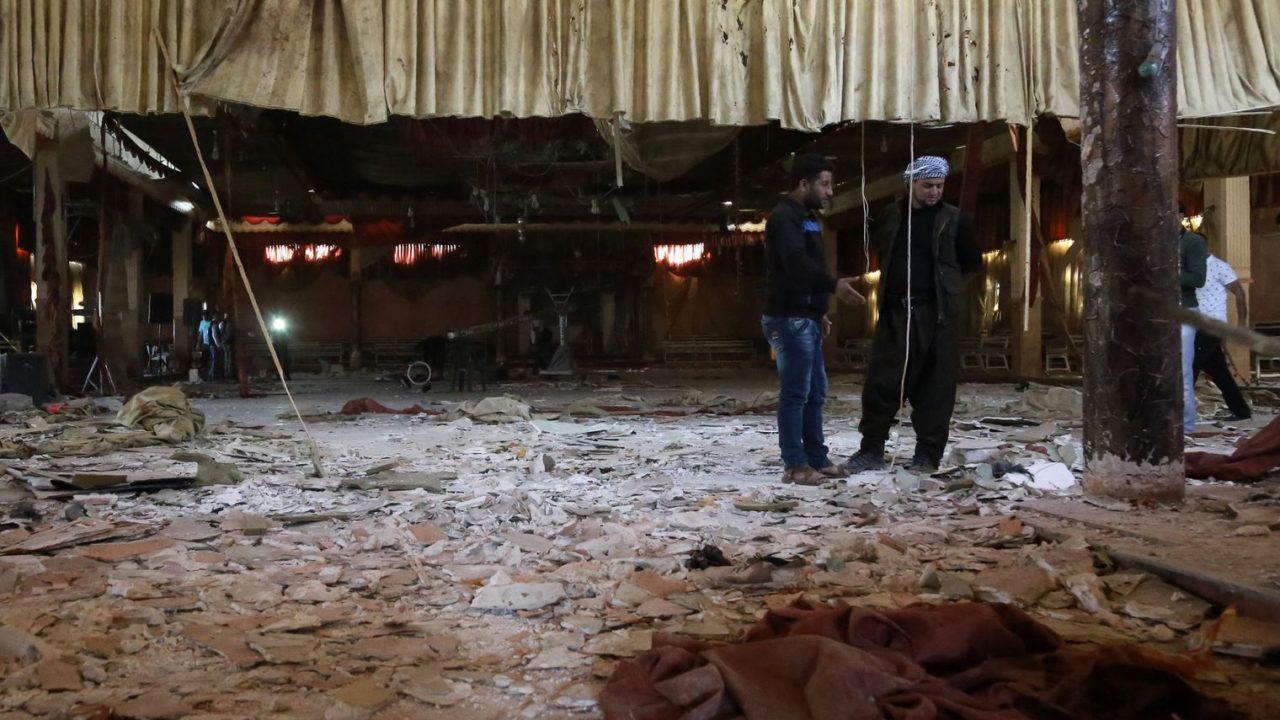 des-hommes-dans-une-salle-de-fetes-du-village-de-tall-tawil-touchee-par-un-attentat-dans-la-province-de-hassake-en-syrie-le-4-octobre-2016_5719217