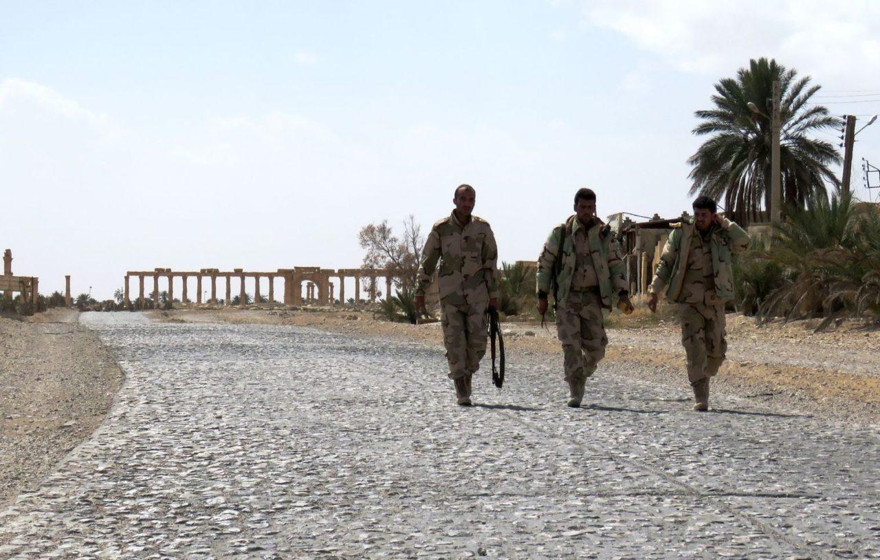 des-soldats-syriens-apres-avoir-repris-palmyre-au-groupe-etat-islamique-ei-le-27-mars-2016_5571967