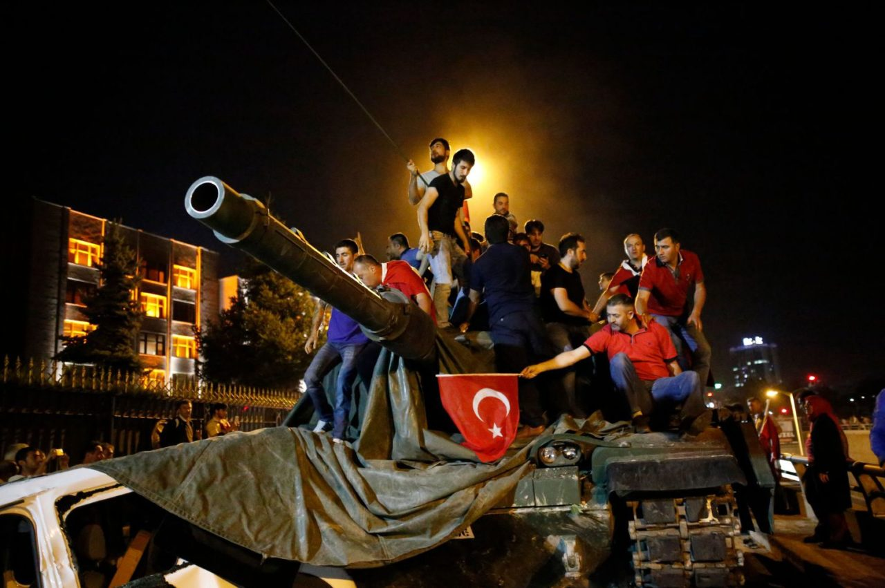 people-stand-on-a-turkish-army-tank-in-ankara_5638507
