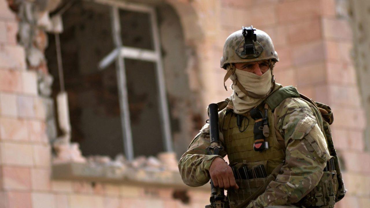 un-membre-des-forces-speciales-tunisiennes-monte-la-garde-devant-le-domicile-d-un-extremiste-abattu-le-21-mars-2016-a-ben-guerdane_5568591