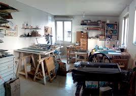 Dans un atelier avec des machines et des outils