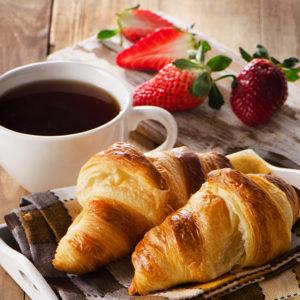Un croissant et une tasse de café