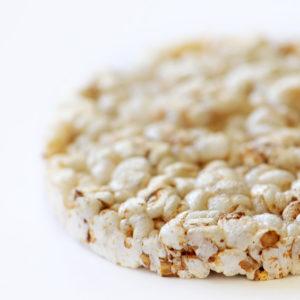 Une galette de riz soufflé