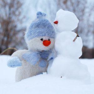 Faire du ski et des bonhommes de neige