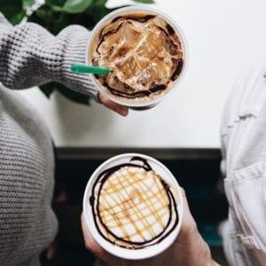 D\'un Starbucks Caramel Macchiato