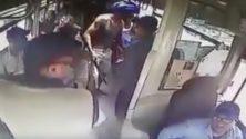 Muni d'armes blanches dans un bus, un marocain provoque la panique