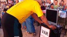 Les habitants de Youssoufia utilisent la VAR dans un tournoi