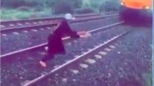 Un marocain se filme sur les rails d'un train en train de chanter