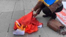 Ils brûlent le drapeau du Maroc en pleine manifestation à Paris…