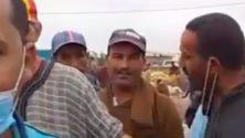Vidéo : Il lui enlève sa bavette après la lui avoir prêté pour une interview