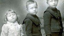 Dans les années 1800, on prenait les photos de famille avec les morts