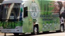 Photo : Le bus du Raja vandalisé, à Rabat, avant le match contre les FAR